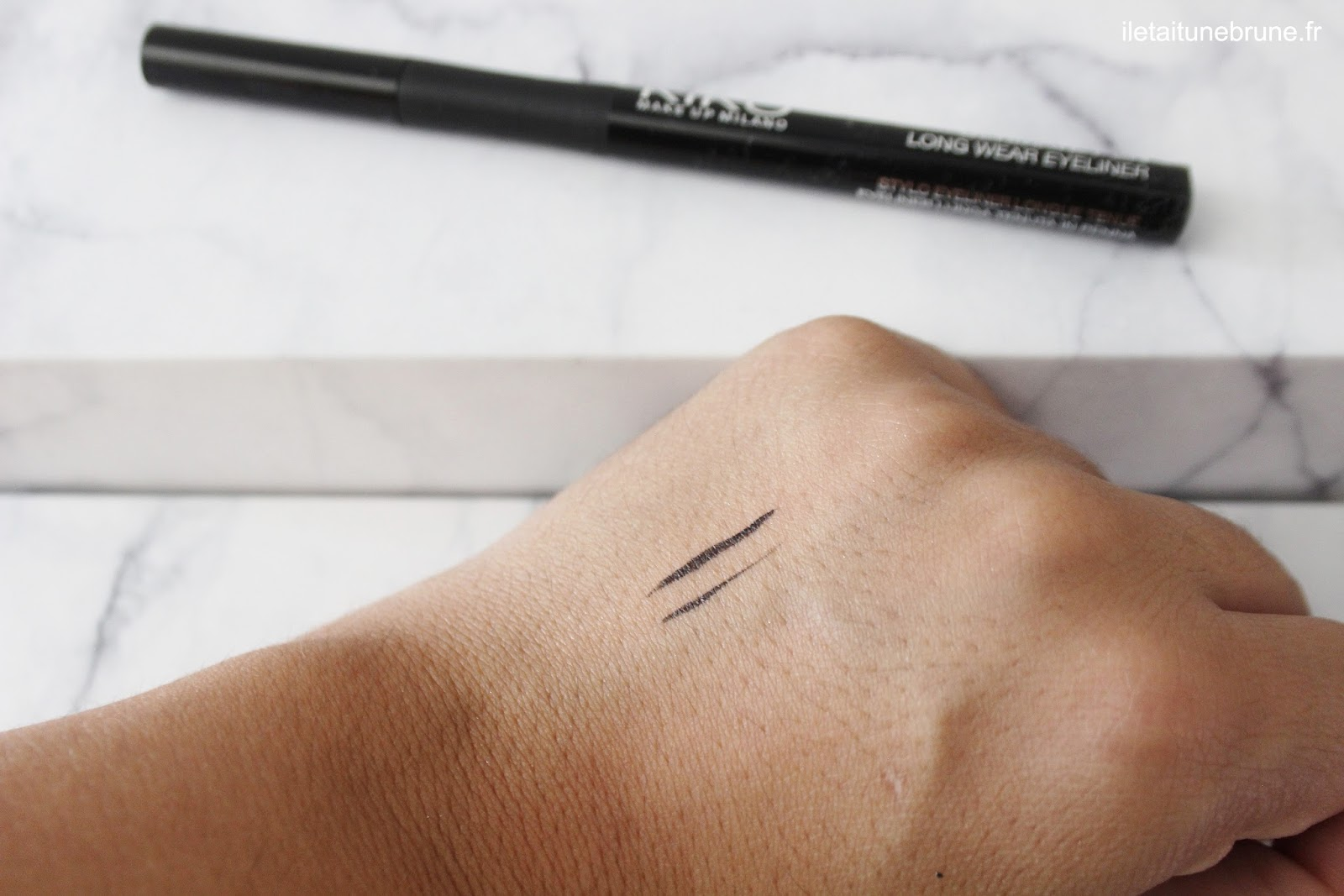 swatch de l'ultimate pen long wear eyeliner noir de kiko
