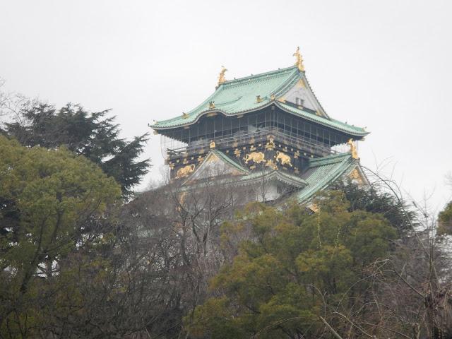 Las decoraciones doradas destacan en el tejado del castillo de Osaka
