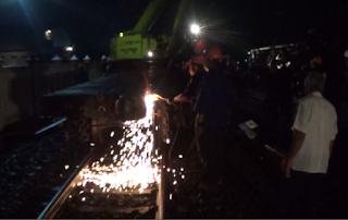 Datangkan Crane, PT KAI Kebut Evakuasi Kereta Api Barang Malam Ini