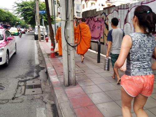 BKK市内ではオレンジ色の袈裟をまとった僧侶さんもよく見かけます