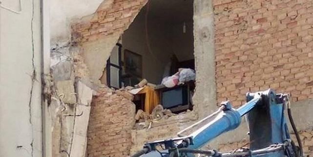 Διέλυσαν και το διπλανό σπίτι σε κατεδάφιση σπιτιού στην Πάτρα την ώρα που ο ιδιοκτήτης βρισκόταν μέσα!