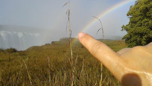 Tocando el arco iris de las Cataratas Victoria