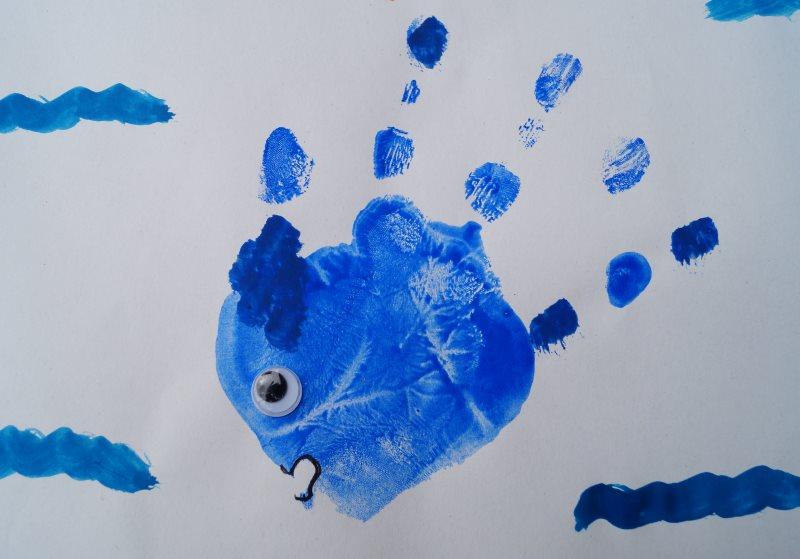 Kustenkidsunterwegs Diy Mit Wasserfarben Fische Aus Handabdrucken
