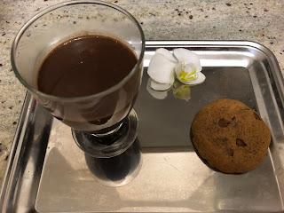 Chocolat chaud infiniment chocolat de Pierre Hermé avec un cookies au beurre de cacahuètes Dakatine