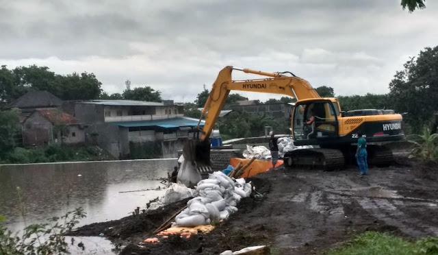 Alat berat dikerahkan untuk mempercepat proses penguatan dam gambiran