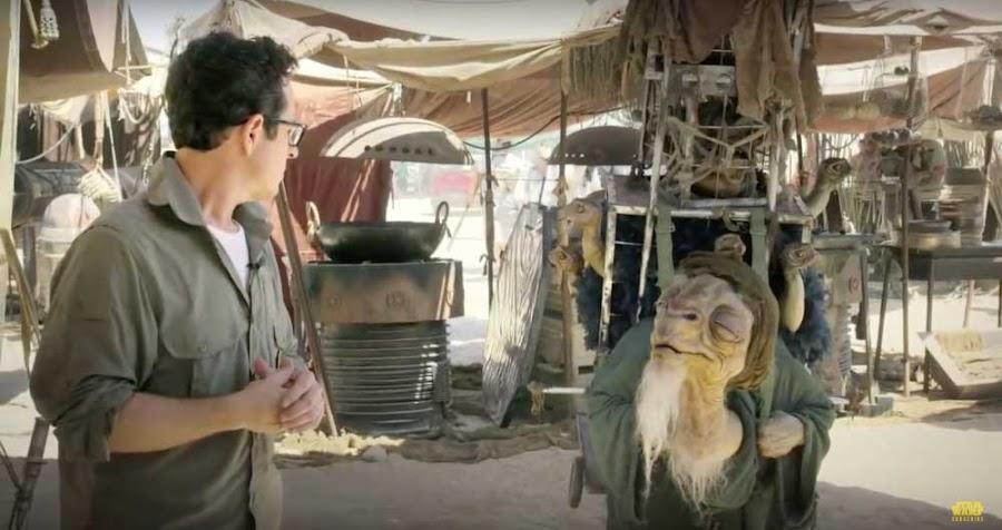 Imagen de JJ Abrams con animatrónico Star Wars VIII