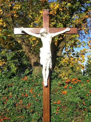Kruis met corpus, staand langs de openbare weg.