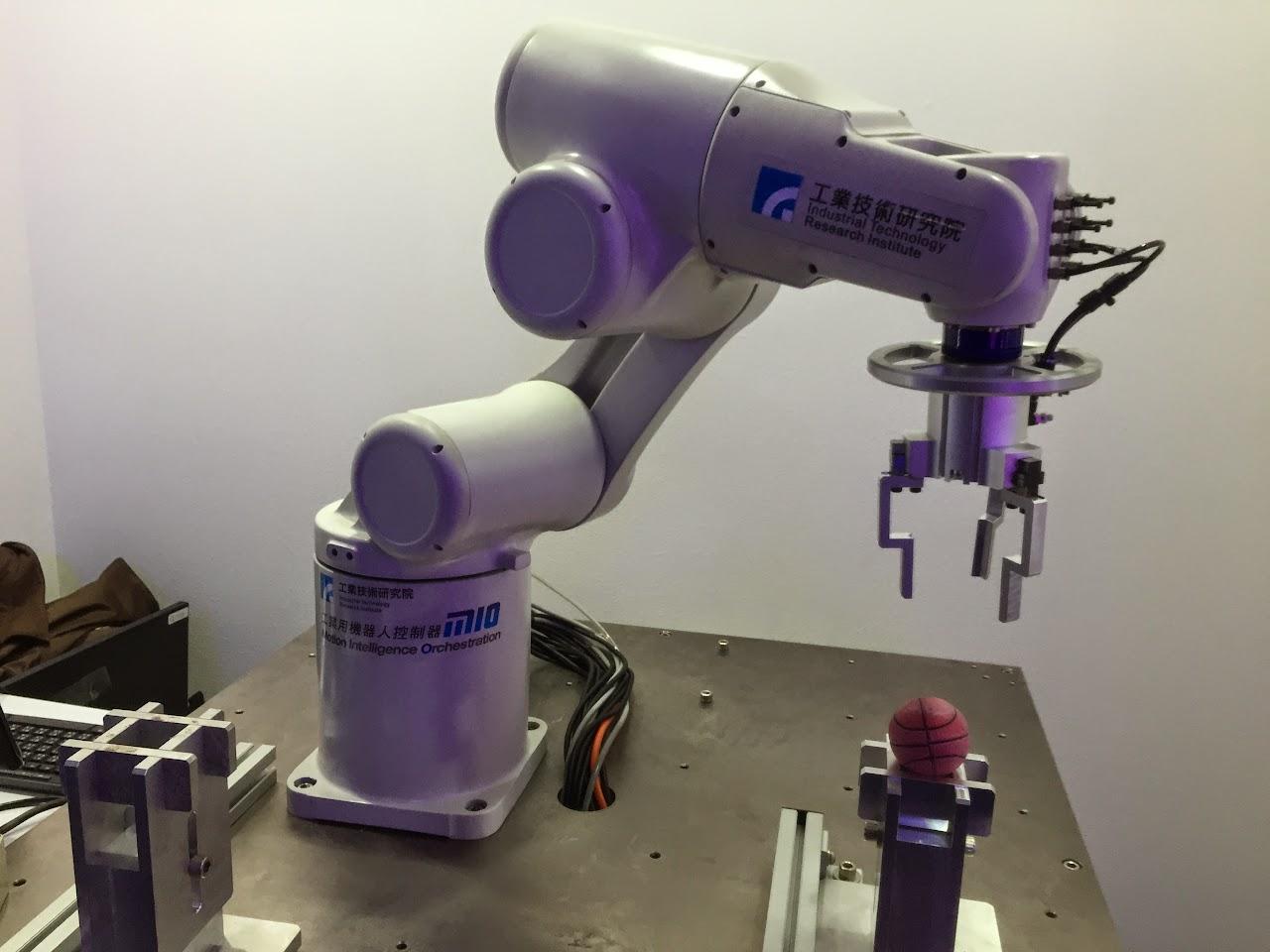 一學就會!「手眼力協調機器人」增進工廠產線彈性