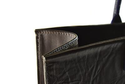 Borsa in pelle marrone con dettagli in cuoio blu, interamente fatta a mano e cucita a mano.