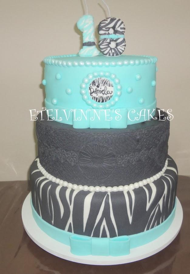 c44f4be9439b1 Bolo Azul Tiffany , Preto de Rendas e Zebra - Bolo misto Primeiro e  segundar cenográfico, terceiro andar verdadeiro com masa de chocolate e  recheio de creme ...