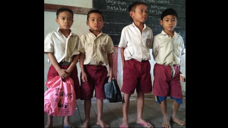Siswa SD di tapal batas Kalbar meminta tas ke Jokowi