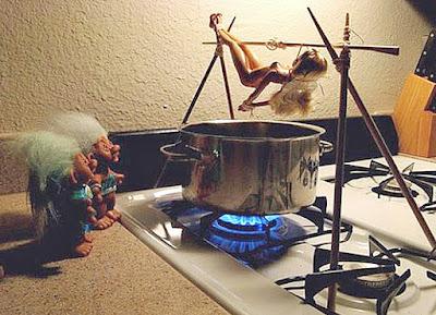 Lustige Bilder Barbie Puppe foltern
