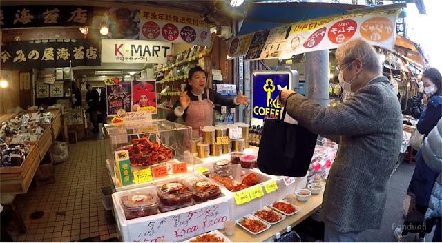 Salah satu penjual di Tsukiji Fish Market