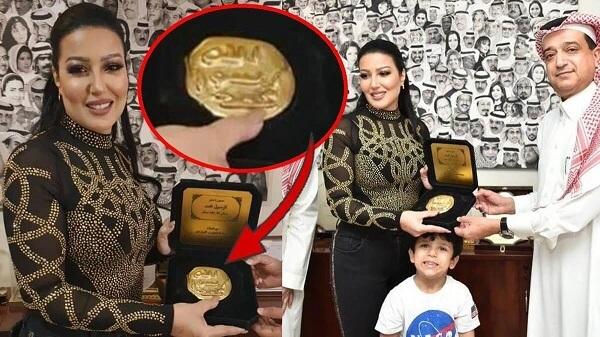 """غضب في السعودية بعد إهداء """"ختم الرسول"""" للفنانة المصرية سمية الخشاب (صور وفيديو)"""