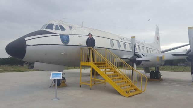 Harun İstenci Viscount 430 TC-SEL önünde, İstanbul Havacılık Müzesi.