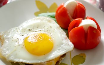 Wallpaper: Fried eggs and tomatoes with mozzarella