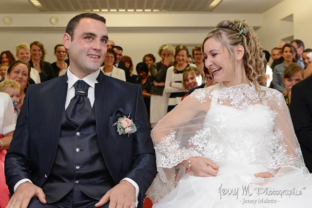 portraits des mariés à la mairie joie rire bonheur photo