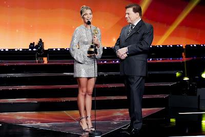 Isabella Santoni e o apresentador (Crédito: Lourival Ribeiro/SBT)