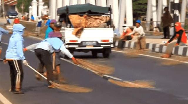 Tradisi Lempar Uang Logam Di Jembatan Sewo