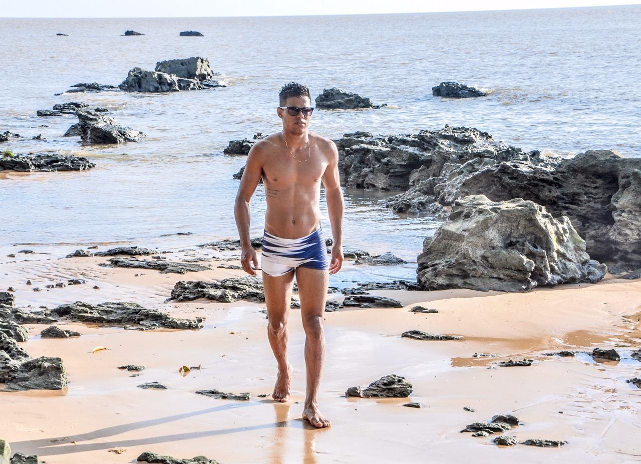 Silvio Vieira, Mister Pará Mercosul 2017, posa para ensaio à beira mar. Foto: Pedro Araújo