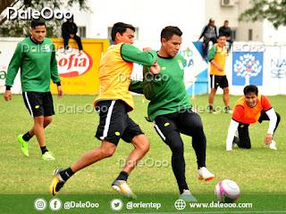 Diego Suárez y Daniel Mancilla disputan el balon mientras son observados por Alberto Pinto y Helmut Gutiérrez en la práctica de Oriente Petrolero - DaleOoo