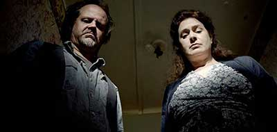 Sean Young y Larry Fessenden en Jug Face