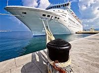 Limanda iskele babasına bağlanmış büyük bir cruise yolcu gemisi