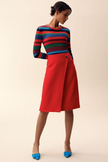 Полосатый топ с красной юбкой