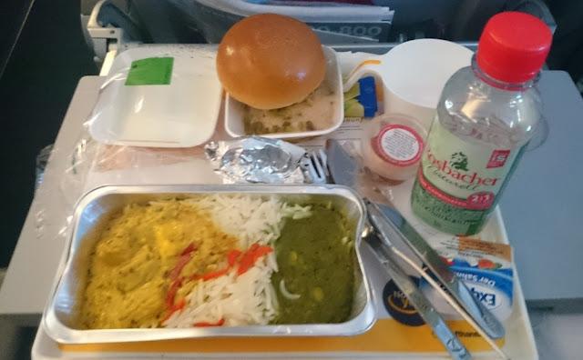 A380-800 der Lufthansa - vegetarisches Abendessen in der Economy Class