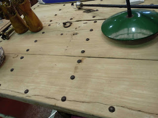 preciosa mesa hecha de una puerta en el desembalaje de catabria en torrelavega