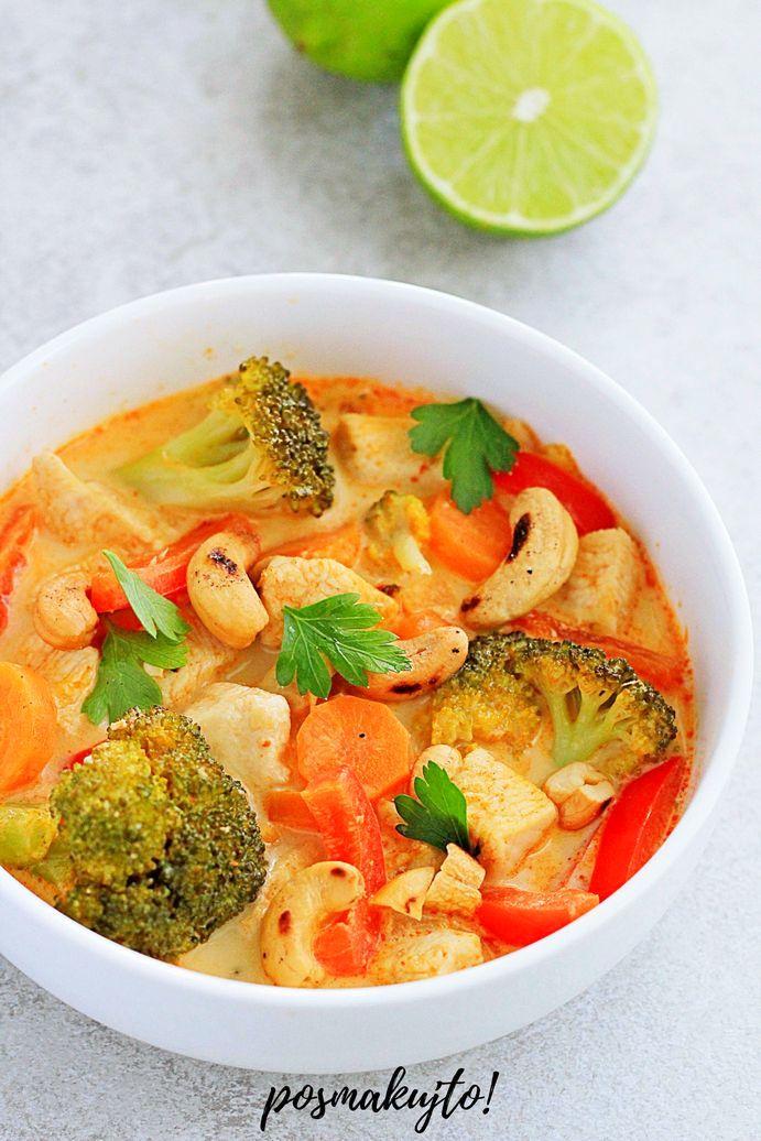 Czerwone curry z kurczakiem, brokułem, marchewką i papryką