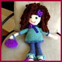 Muñeca amigurumi vestida de azul