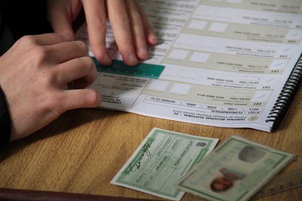 De acordo com o Tribunal, quem não acertar contas com a Justiça Eleitoral pode ter o título cancelado. O TSE informa que são incluídas eleições regulares e suplementares e que cada turno é considerado uma eleição.