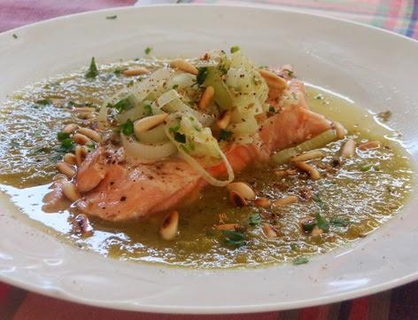 Salmón escalfado con salsa de puerros