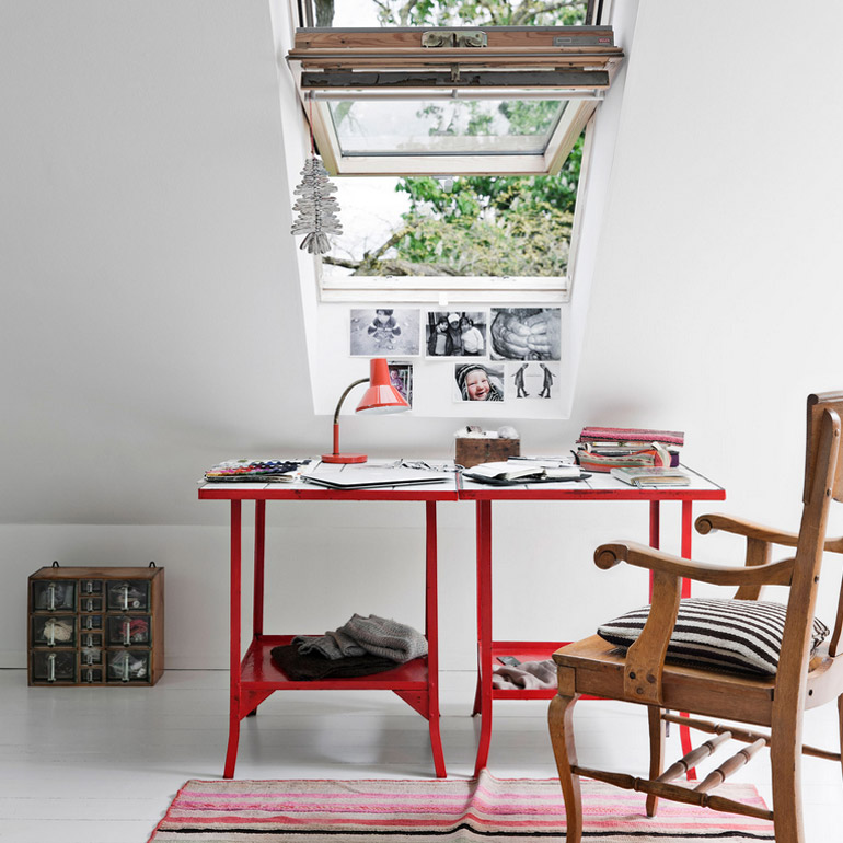 escritorio-rojo-mesa-rústica-buhardilla