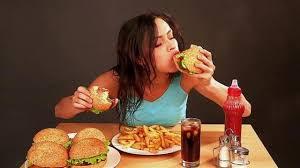 Hindari makan junk food saat menstruasi