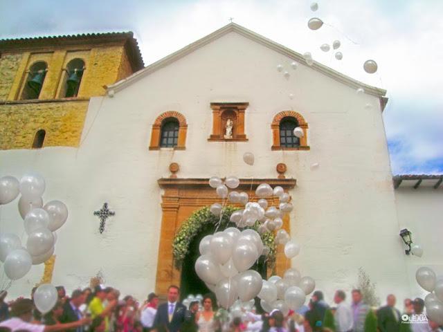 Recién casados a la salida de la iglesia de Villa de Leyva