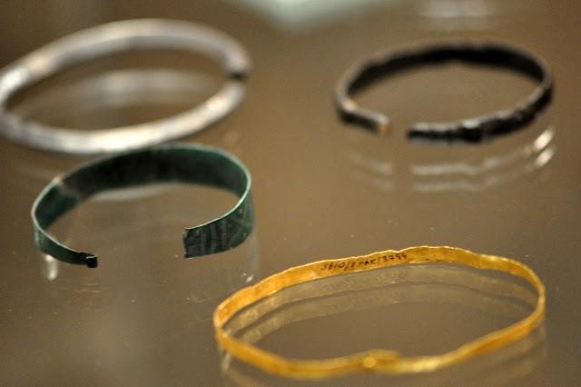 wczesnośredniowieczne bransolety na wystawie Ukraina przed wiekami w Muzeum Archeologicznym we Wrocławiu