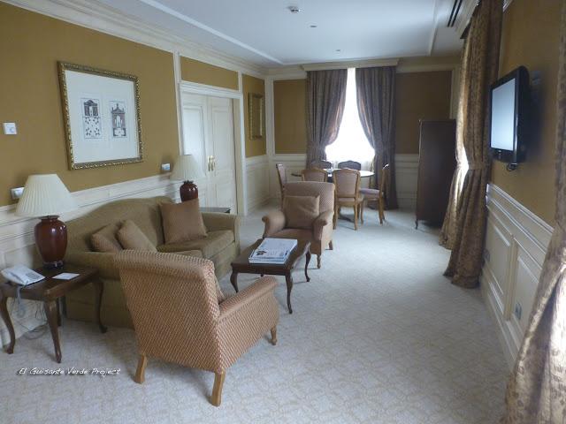Salón de suite en Las Caldas Villa Termal por El Guisante Verde Project