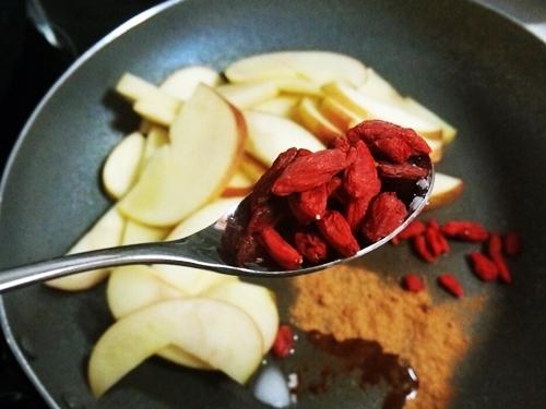 無農薬のゴジベリーをアップルソテーに入れて食べていました