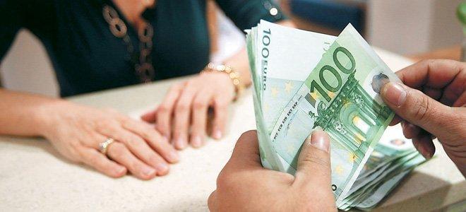Στα μπαούλα κρύβουν τα λεφτά τους Έλληνες και Κύπριοι – Πόσο μειώθηκαν οι καταθέσεις