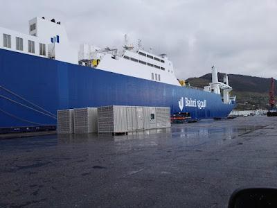 Barco que hace la rura Bilbao Arabia con armamento.