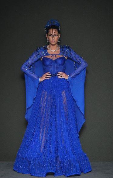 Helena Bordon fantasiada de Arara Azul