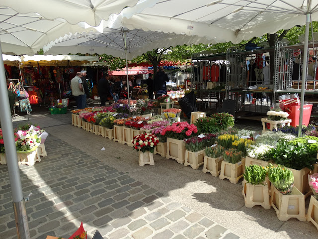 Spring flowers on sale at Loches market