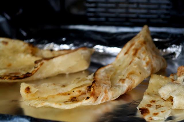 Butter chicken - jak przyrządzić? Pomidorowy Butter Chicken z ryżem jaśminowym i plackami naan - kuchnia indyjska i smak orientu na talerzu.