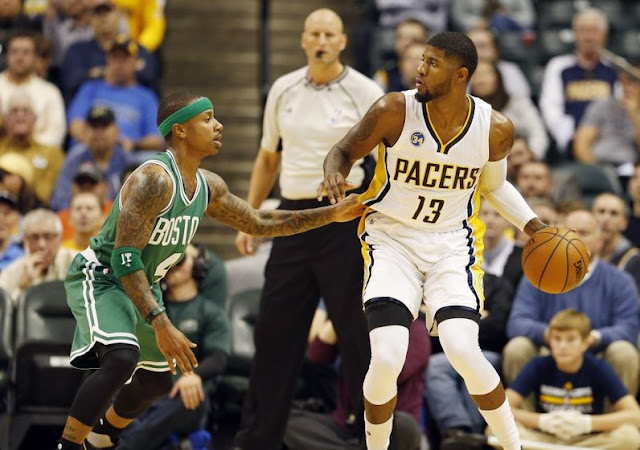 Isaiah Thomas (Boston Celtics) et Paul George (Indiana Pacers) lors d'un match NBA.