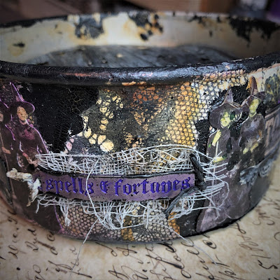 Sara Emily Barker sarascloset https://sarascloset1.blogspot.com/2018/10/a-tiny-witching-cauldron.html Altered Cauldron with Tim Holtz Sizzix Alterations, Distress and Ideaology 3