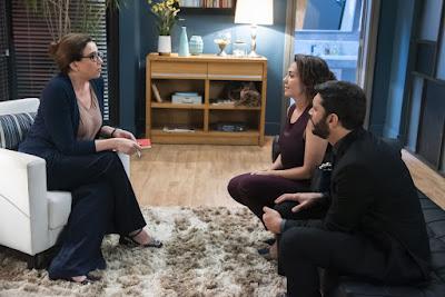 Marcela (Marisa Orth) dá conselhos para Nana (Fabiula Nascimento) e Diogo (Armando Babaioff) — Foto: Globo/Cesar Alves