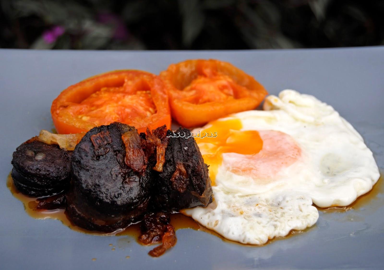 Huevos con sofrito de cebolla y Morcilla y Tomates fritos
