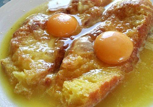 Una sopa de pan con huevo y parmesano